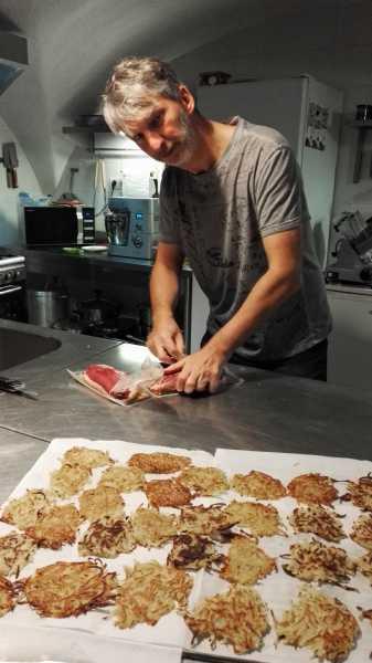 Table hote preparation paillassons pommes de terre