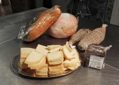 Table hote raclette fromage charcuterie